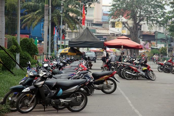 TP HCM: Nhiều bãi giữ xe vẫn trơ gan trên vỉa hè - Ảnh 2.