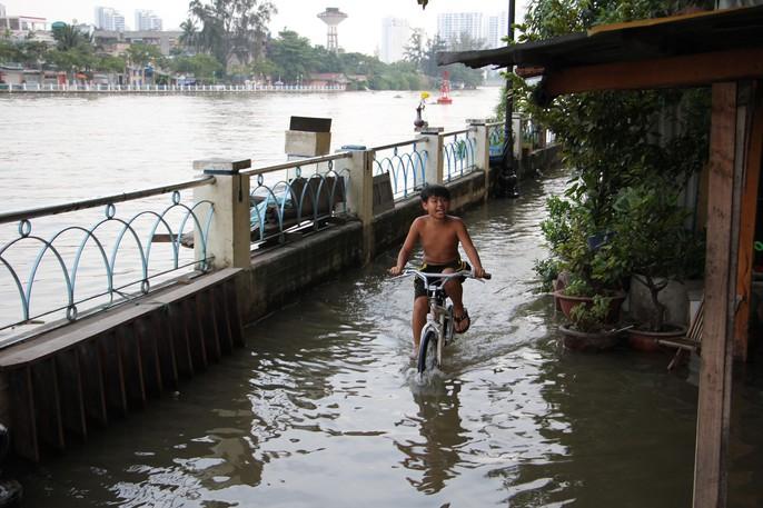 TP HCM mênh mông nước triều dâng - Ảnh 2.