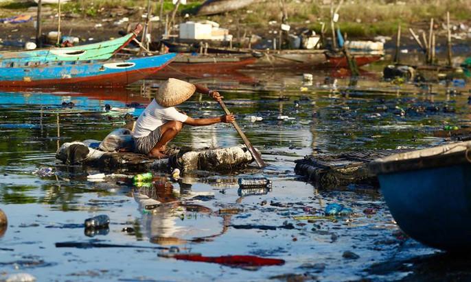 Cảng cá lớn nhất miền Trung nước đen ngòm, bốc mùi hôi thối - Ảnh 7.