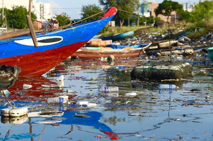 Cảng cá lớn nhất miền Trung nước đen ngòm, bốc mùi hôi thối - Ảnh 6.