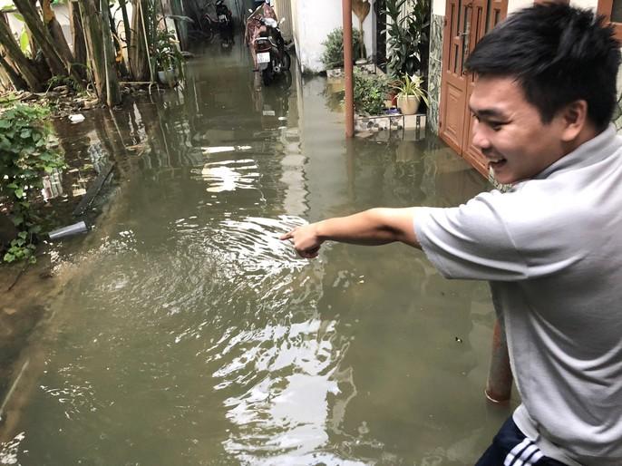 TP HCM: Triều cường đụng trời mưa, giao thông tê liệt - Ảnh 2.
