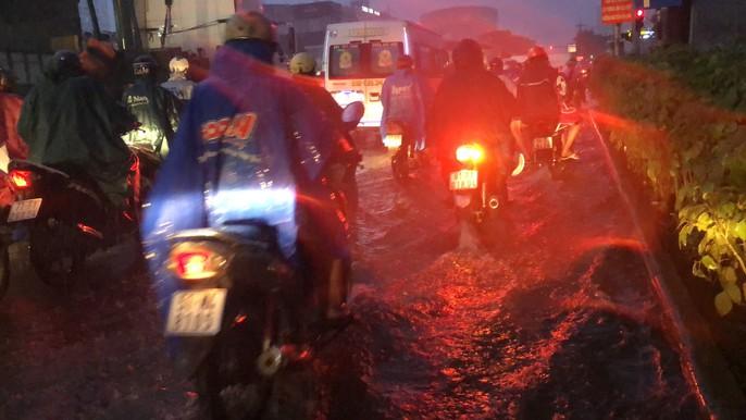 TP HCM: Triều cường đụng trời mưa, giao thông tê liệt - Ảnh 9.