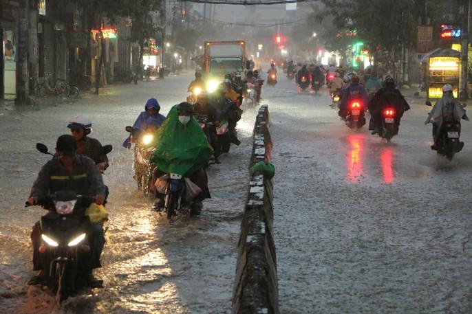 TP HCM: Triều cường đụng trời mưa, giao thông tê liệt - Ảnh 4.