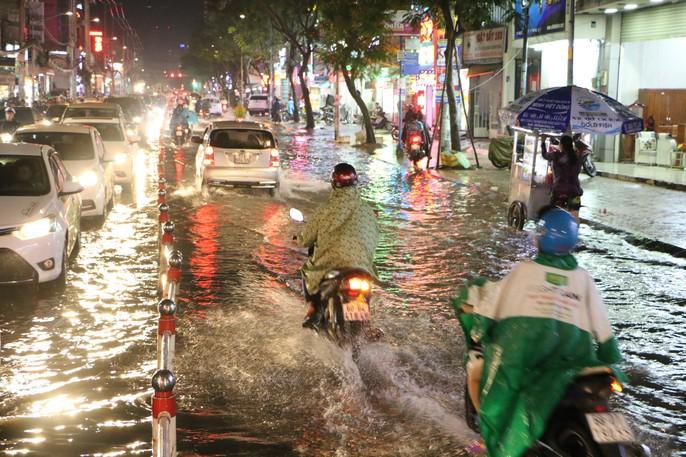 TP HCM: Triều cường đụng trời mưa, giao thông tê liệt - Ảnh 5.