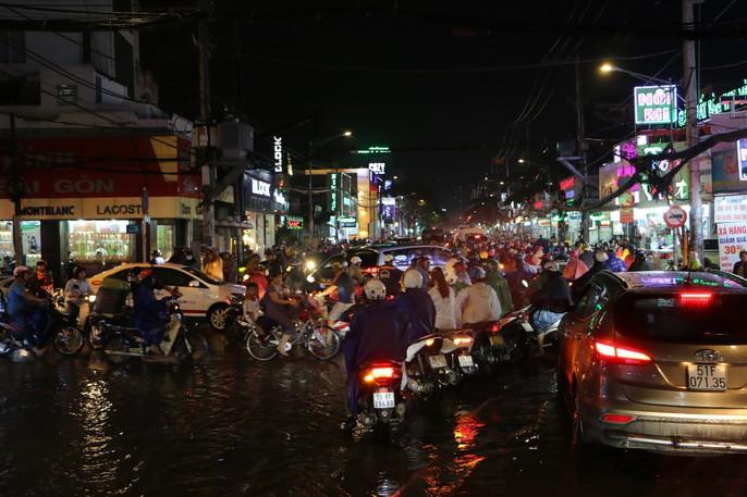 TP HCM: Triều cường đụng trời mưa, giao thông tê liệt - Ảnh 7.