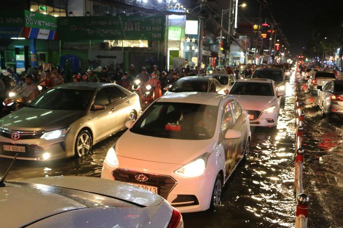 TP HCM: Triều cường đụng trời mưa, giao thông tê liệt - Ảnh 8.