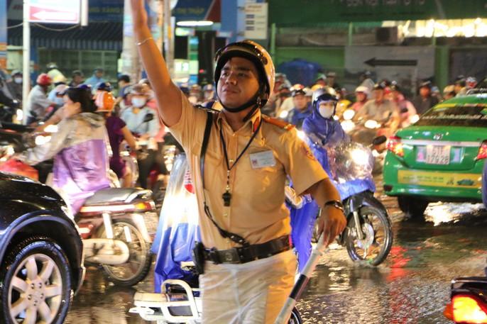 TP HCM: Triều cường đụng trời mưa, giao thông tê liệt - Ảnh 6.