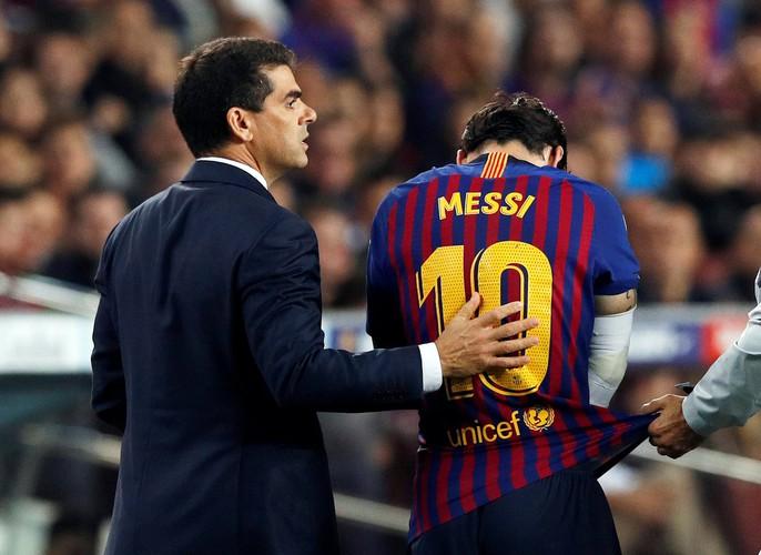 Giành ngôi đầu cho Barcelona, Messi gãy tay, lỡ siêu kinh điển - Ảnh 6.