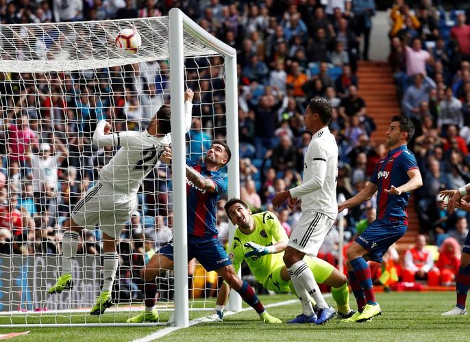 Giành ngôi đầu cho Barcelona, Messi gãy tay, lỡ siêu kinh điển - Ảnh 13.