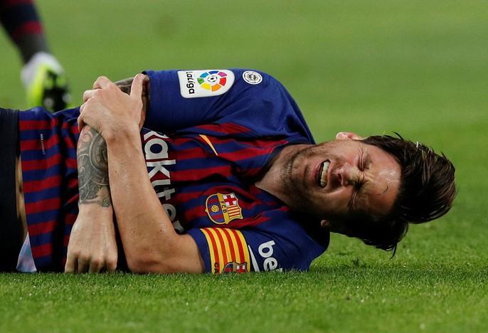 Giành ngôi đầu cho Barcelona, Messi gãy tay, lỡ siêu kinh điển - Ảnh 4.