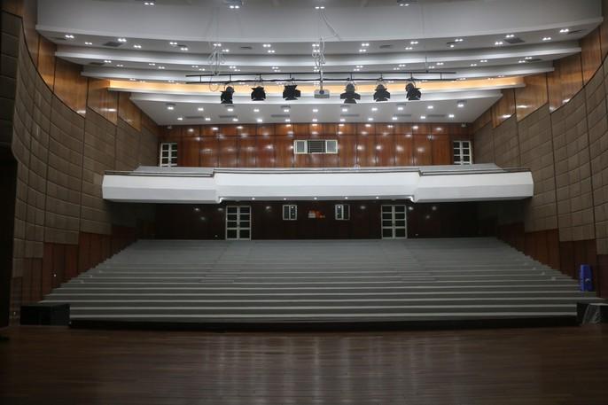Cận cảnh bên trong nhà hát 117 tỉ đồng đắp chiếu ở Hà Nội - Ảnh 4.
