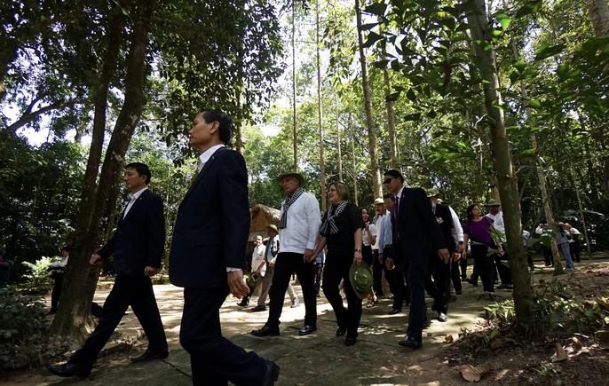 Chủ tịch Cuba thưởng thức khoai mì tại địa đạo Củ Chi - Ảnh 4.