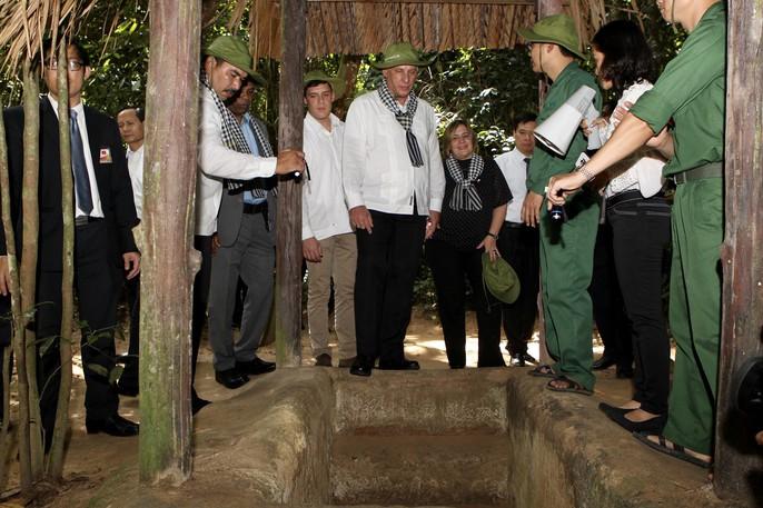 Chủ tịch Cuba thưởng thức khoai mì tại địa đạo Củ Chi - Ảnh 12.