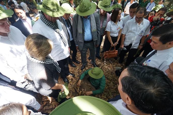 Chủ tịch Cuba thưởng thức khoai mì tại địa đạo Củ Chi - Ảnh 8.