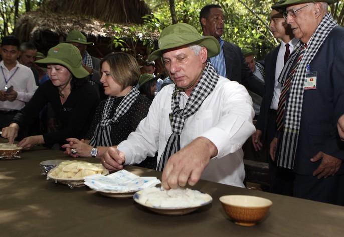 Chủ tịch Cuba thưởng thức khoai mì tại địa đạo Củ Chi - Ảnh 10.