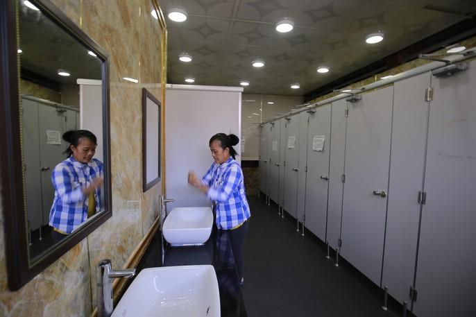 Cận cảnh nhà vệ sinh 5 sao miễn phí trên phố ở Bình Dương - Ảnh 6.