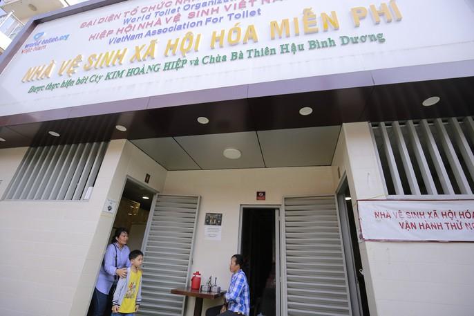 Cận cảnh nhà vệ sinh 5 sao miễn phí trên phố ở Bình Dương - Ảnh 7.