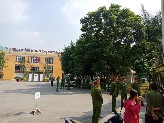 Hàng trăm người quây trụ sở VFF vì không mua được vé bán online - Ảnh 4.