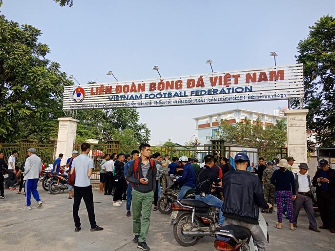 Hàng trăm người quây trụ sở VFF vì không mua được vé bán online - Ảnh 5.