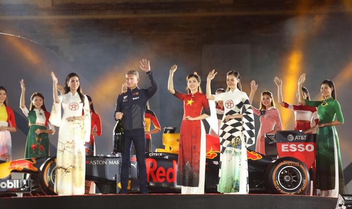 Cận cảnh siêu xe đua F1 ra mắt tại Hoàng thành Thăng Long - Ảnh 12.