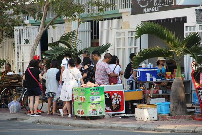 Du khách Trung Quốc ở Nha Trang: Hàng loạt hình ảnh phản cảm - Ảnh 4.