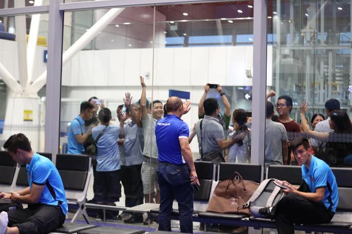 Tuyển Việt Nam về Hà Nội trên máy bay đặc biệt - Ảnh 6.
