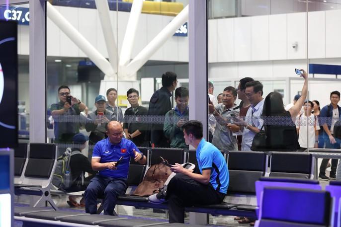 Tuyển Việt Nam về Hà Nội trên máy bay đặc biệt - Ảnh 3.