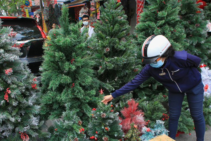 Người dân TP HCM tất bật mua đồ chuẩn bị Giáng sinh