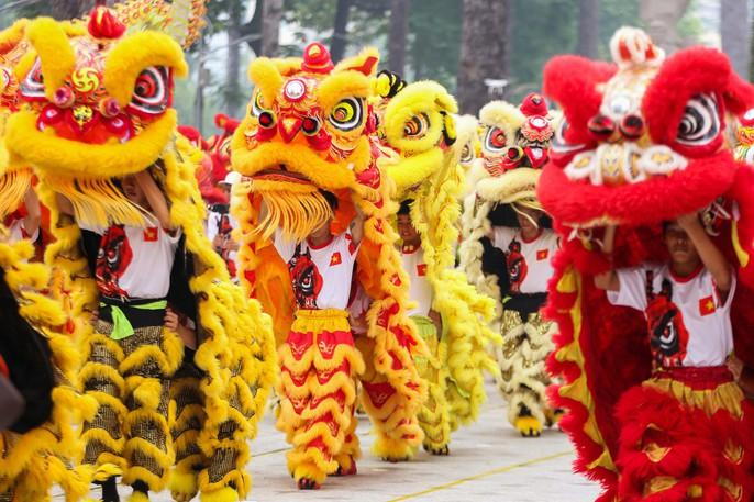 108 con lân đồng diễn, xếp hình Quốc kỳ xác lập kỷ lục Guinness Việt Nam - Ảnh 2.
