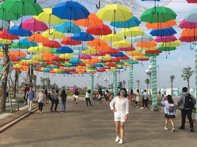 [VIDEO] - Nườm nượp đi xem cánh đồng hoa hướng dương ven sông Sài Gòn - Ảnh 7.