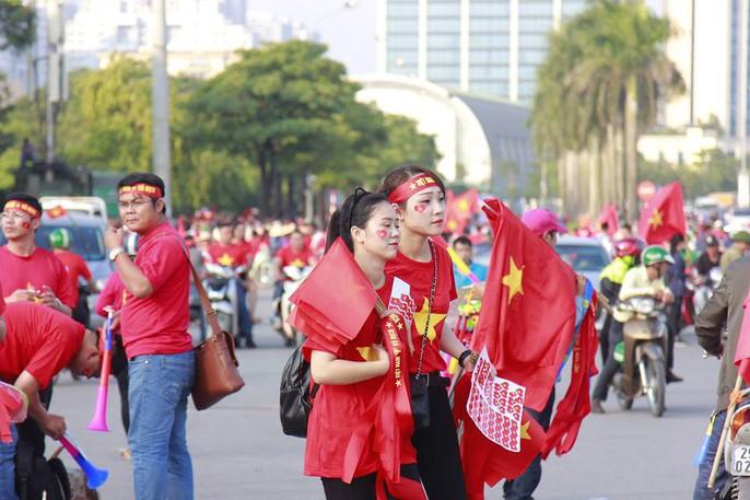 Sân Mỹ Đình nhuộm đỏ, nóng rực trước trận Việt Nam-Philippines - Ảnh 5.