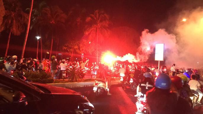 Nhiều CĐV đốt pháo sáng ăn mừng