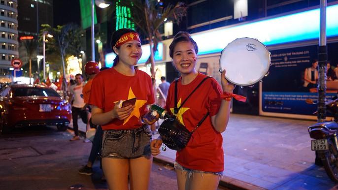 Niềm vui của các CĐV TP HCM trên phố đi bộ Nguyễn Huệ