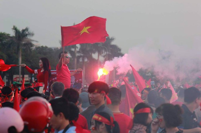 Sân Mỹ Đình nhuộm đỏ, nóng rực trước trận Việt Nam-Philippines - Ảnh 12.
