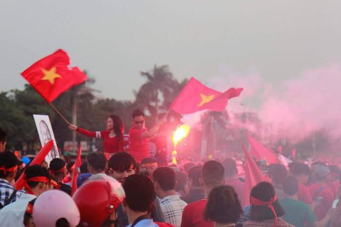 Sân Mỹ Đình nhuộm đỏ, nóng rực trước trận Việt Nam-Philippines - Ảnh 14.