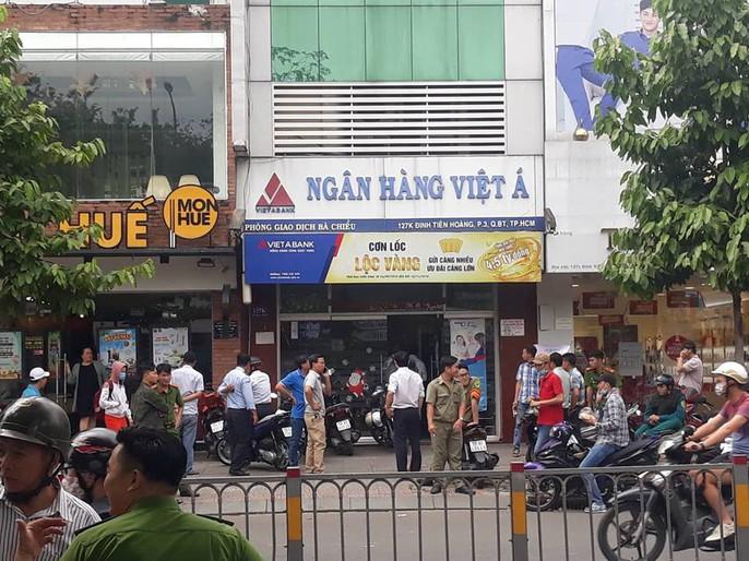 Khoanh vùng nghi phạm dùng súng cướp ngân hàng ở Bình Thạnh - Ảnh 1.