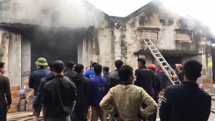 Cháy lớn kho hàng 2.000 m2 gần chợ Vinh, người dân hoảng sợ tháo chạy - Ảnh 8.