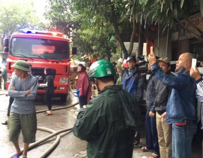 Cháy lớn kho hàng 2.000 m2 gần chợ Vinh, người dân hoảng sợ tháo chạy - Ảnh 9.