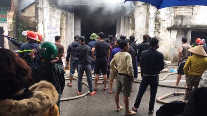 Cháy lớn kho hàng 2.000 m2 gần chợ Vinh, người dân hoảng sợ tháo chạy - Ảnh 7.