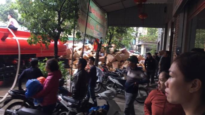Cháy lớn kho hàng 2.000 m2 gần chợ Vinh, người dân hoảng sợ tháo chạy - Ảnh 5.