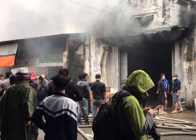 Cháy lớn kho hàng 2.000 m2 gần chợ Vinh, người dân hoảng sợ tháo chạy - Ảnh 3.