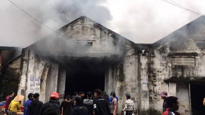 Cháy lớn kho hàng 2.000 m2 gần chợ Vinh, người dân hoảng sợ tháo chạy - Ảnh 10.