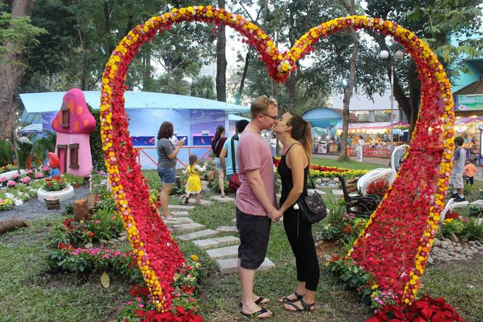 Người nước ngoài thích thú với Hội Hoa Xuân Mậu Tuất 2018 - Ảnh 1.