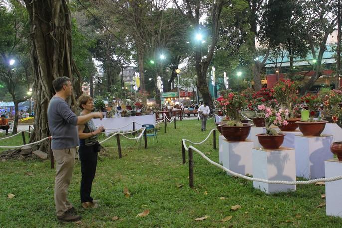 Người nước ngoài thích thú với Hội Hoa Xuân Mậu Tuất 2018 - Ảnh 3.