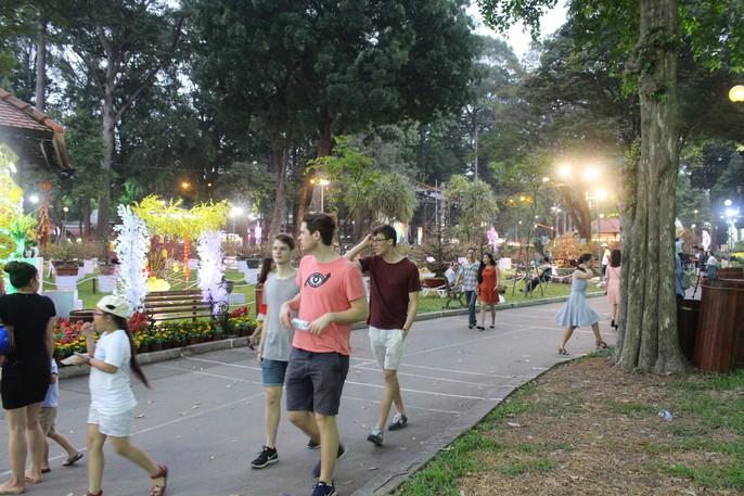 Người nước ngoài thích thú với Hội Hoa Xuân Mậu Tuất 2018 - Ảnh 4.