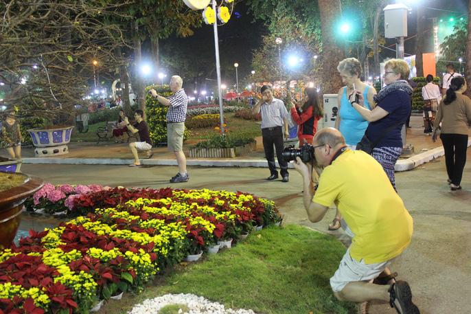 Người nước ngoài thích thú với Hội Hoa Xuân Mậu Tuất 2018 - Ảnh 8.