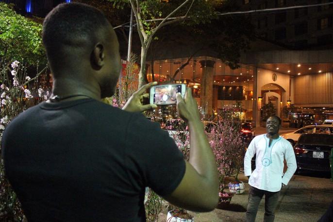 Người Sài Gòn rộn ràng tham quan chợ hoa trong đêm - Ảnh 12.