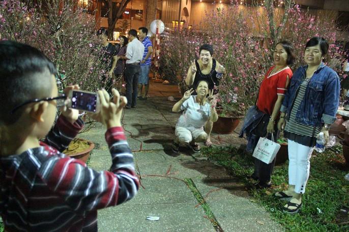 Người Sài Gòn rộn ràng tham quan chợ hoa trong đêm - Ảnh 10.
