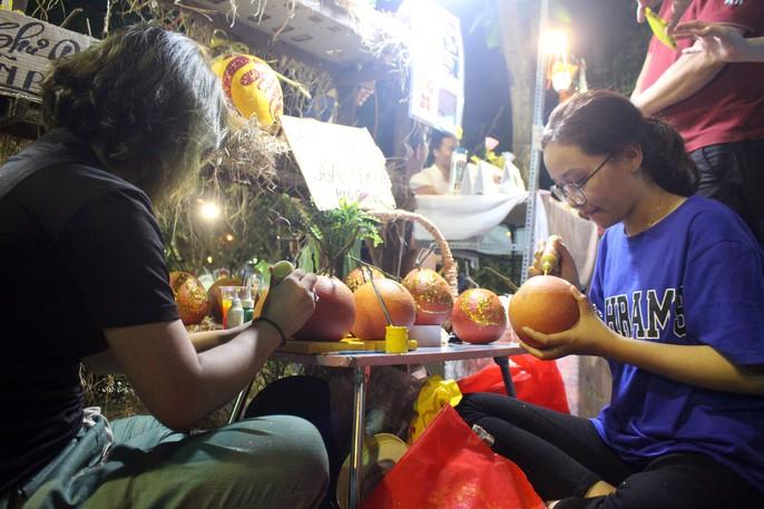 Người Sài Gòn rộn ràng tham quan chợ hoa trong đêm - Ảnh 9.