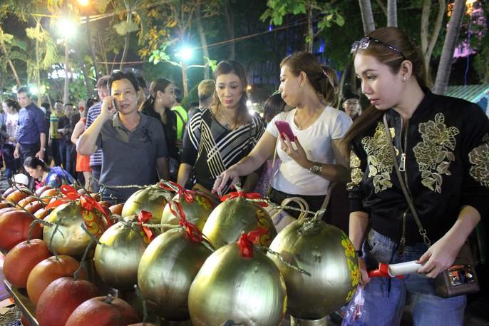 Người Sài Gòn rộn ràng tham quan chợ hoa trong đêm - Ảnh 8.
